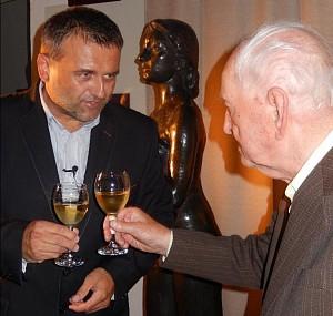 Václav Voříšek si připíjí se starostou Ivanem Radostou, který je proti němu ve funkci juniorem. Teprve od podzimu.